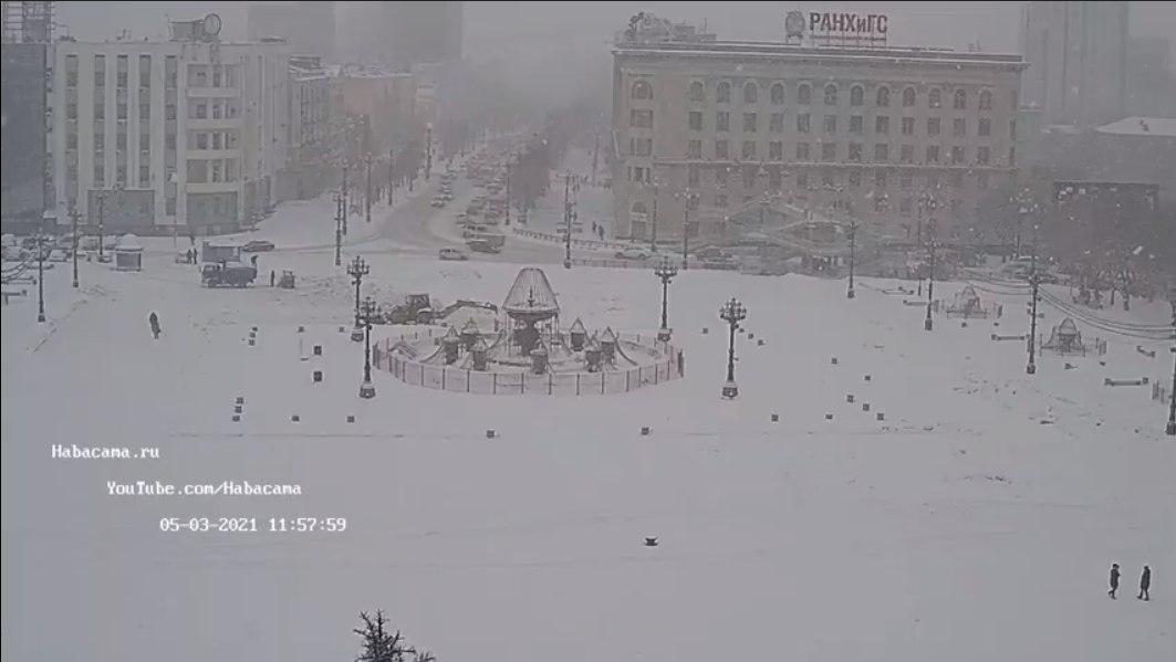 Снегопад продолжает атаку на Хабаровск