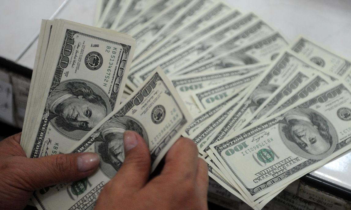 Более 12 тысяч долларов пытался незаконно вывезти Узбек из Хабаровска