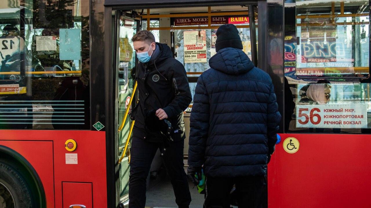Стеклом разбило голову пассажиру в хабаровском автобусе