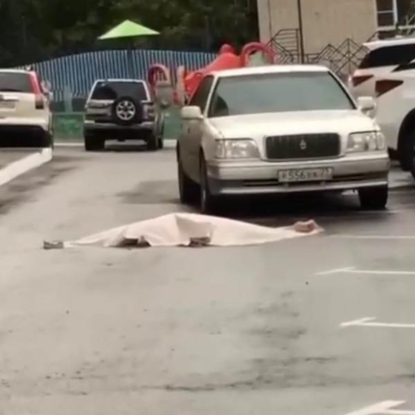 Женщина выпала из окна в Хабаровске