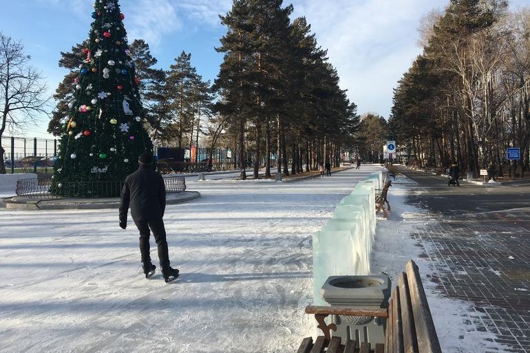 На набережной Хабаровска уже заливают каток