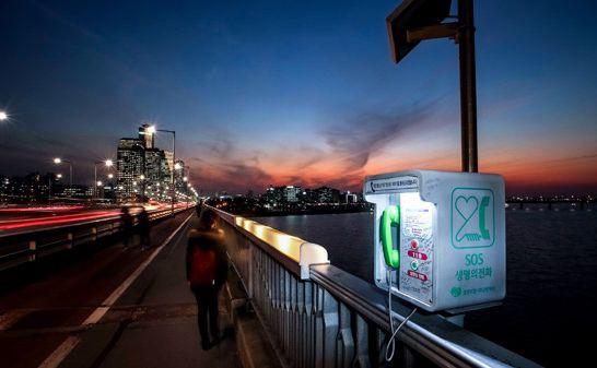 Экстренная телефонная будка на мосту Mapo. Фотография: Korean Daily