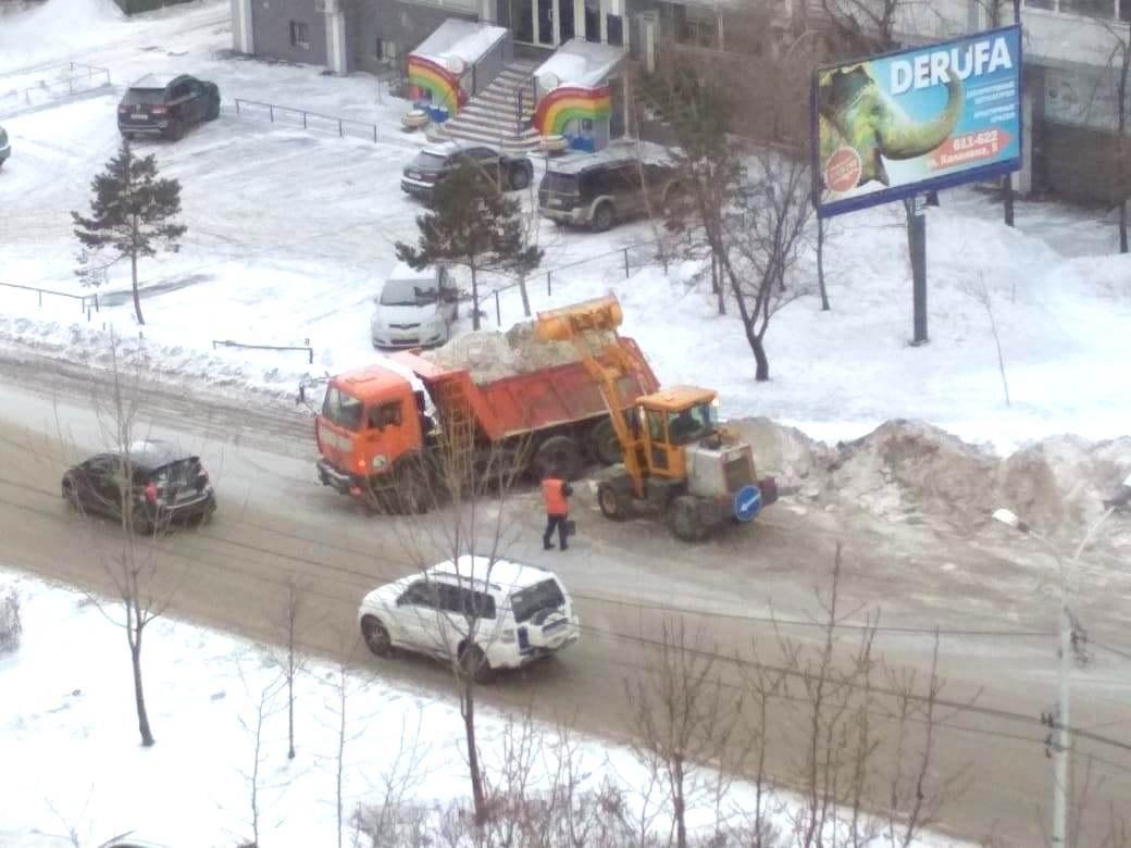 У хабаровских дорожников и жилищников продолжается снегоуборочная страда