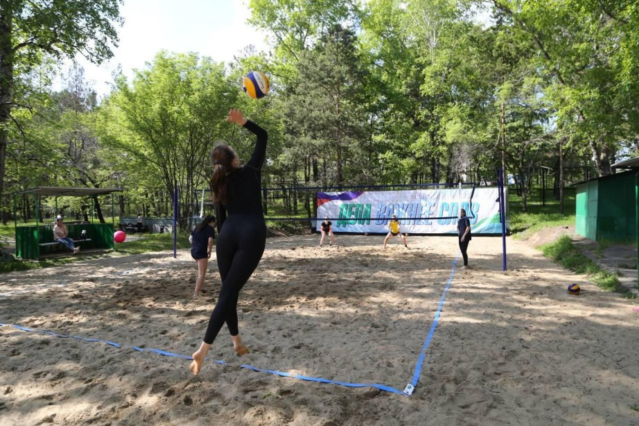 Площадку для пляжного волейбола открыли в парке «Динамо» в Хабаровске